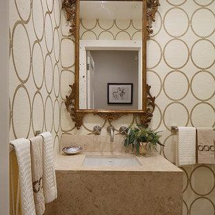 Inspiration för små klassiska toaletter, med ett undermonterad handfat, bänkskiva i kalksten, beige kakel och flerfärgade väggar