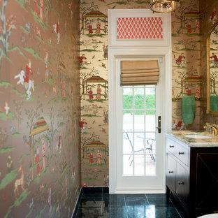 Diseño de aseo asiático, de tamaño medio, con armarios con paneles lisos, puertas de armario de madera en tonos medios, sanitario de dos piezas, paredes multicolor, suelo de mármol, lavabo bajoencimera y suelo negro