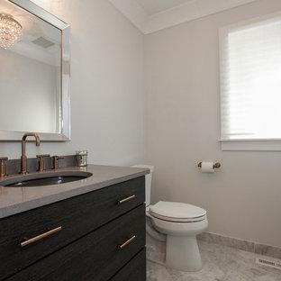 Foto di un bagno di servizio country di medie dimensioni con pareti grigie, pavimento in marmo, lavabo sottopiano, pavimento grigio, consolle stile comò, ante nere, WC a due pezzi, top in cemento e top grigio