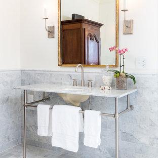 На фото: с высоким бюджетом туалеты среднего размера в стиле кантри с серой плиткой, белыми стенами, консольной раковиной, открытыми фасадами, раздельным унитазом, мраморной плиткой, мраморным полом, мраморной столешницей, белым полом и белой столешницей