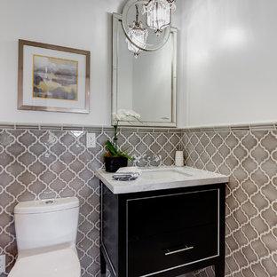 Неиссякаемый источник вдохновения для домашнего уюта: туалет среднего размера в средиземноморском стиле с плоскими фасадами, темными деревянными фасадами, унитазом-моноблоком, коричневой плиткой, керамической плиткой, белыми стенами, столешницей из гранита и белой столешницей