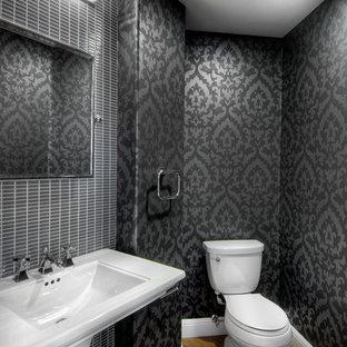 Mittelgroße Klassische Gästetoilette mit Sockelwaschbecken, Wandtoilette mit Spülkasten, grauen Fliesen, schwarzer Wandfarbe und braunem Holzboden in San Francisco