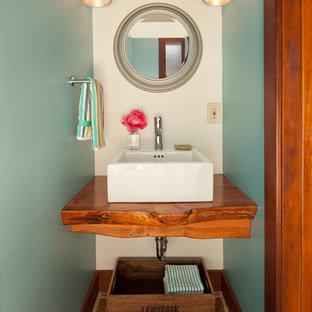 サンフランシスコの小さいラスティックスタイルのおしゃれなトイレ・洗面所 (白い壁、茶色い床、磁器タイルの床、ベッセル式洗面器、木製洗面台、ブラウンの洗面カウンター) の写真