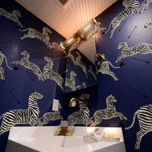 Kleine Moderne Gästetoilette mit offenen Schränken, weißen Schränken, Toilette mit Aufsatzspülkasten, Mosaik-Bodenfliesen, Unterbauwaschbecken, Granit-Waschbecken/Waschtisch, schwarzem Boden, weißer Waschtischplatte, freistehendem Waschtisch, Kassettendecke und Tapetenwänden in Boston