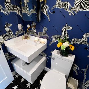 Cette photo montre un petit WC et toilettes moderne avec un placard sans porte, des portes de placard blanches, un WC à poser, un sol en carrelage de terre cuite, un lavabo encastré, un plan de toilette en granite, un sol noir, un plan de toilette blanc, meuble-lavabo sur pied, un plafond à caissons et du papier peint.