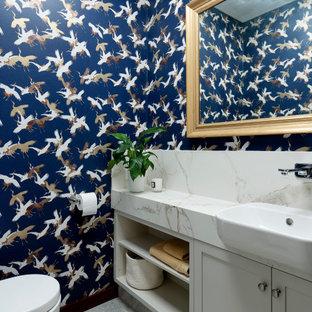 На фото: маленький туалет в классическом стиле с фасадами в стиле шейкер, серыми фасадами, унитазом-моноблоком, разноцветными стенами, полом из керамогранита, столешницей из искусственного камня, разноцветной столешницей и серым полом