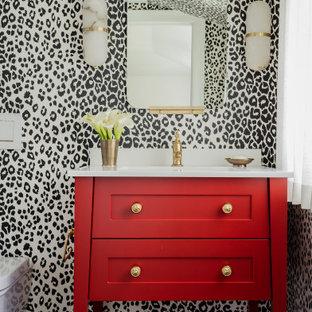 ボストンの中くらいのトラディショナルスタイルのおしゃれなトイレ・洗面所 (白いタイル、セラミックタイル、セラミックタイルの床、アンダーカウンター洗面器、大理石の洗面台、白い洗面カウンター、シェーカースタイル扉のキャビネット、赤いキャビネット、マルチカラーの壁、黒い床、独立型洗面台、壁紙) の写真