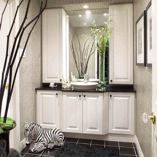 Idee per un bagno di servizio classico con lavabo a bacinella, ante con bugna sagomata, ante bianche, pareti grigie e top nero