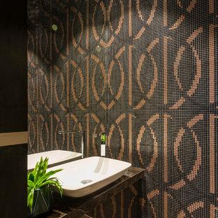 Moderne Gästetoilette mit farbigen Fliesen, Mosaikfliesen, Aufsatzwaschbecken und grauem Boden in Mumbai