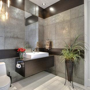 Idée de décoration pour un grand WC et toilettes design avec un placard à porte plane, des portes de placard en bois sombre, un carrelage multicolore, des carreaux de céramique, un sol en carrelage de céramique et un plan de toilette en quartz.