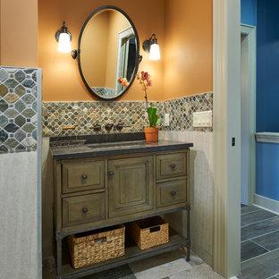 Réalisation d'un WC et toilettes tradition avec des portes de placard en bois vieilli, un carrelage beige, un sol en ardoise, un plan de toilette en granite, un sol multicolore et un plan de toilette gris.