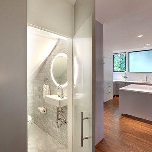 Foto de aseo actual con lavabo suspendido, baldosas y/o azulejos grises y baldosas y/o azulejos de mármol