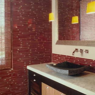 Mittelgroße Asiatische Gästetoilette mit Aufsatzwaschbecken, flächenbündigen Schrankfronten, dunklen Holzschränken, Recyclingglas-Waschtisch, roten Fliesen, beiger Wandfarbe, Toilette mit Aufsatzspülkasten und Stäbchenfliesen in San Diego