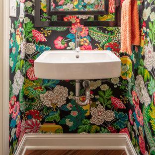 Klassische Gästetoilette mit bunten Wänden, Fliesen in Holzoptik, Wandwaschbecken, braunem Boden und Tapetenwänden in Minneapolis