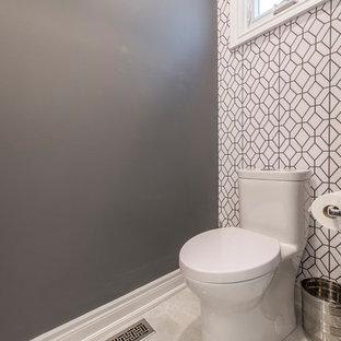 Kleine Moderne Gästetoilette mit Glasfronten, grauen Schränken, Toilette mit Aufsatzspülkasten, grauer Wandfarbe, Keramikboden, Unterbauwaschbecken, Mineralwerkstoff-Waschtisch und beigem Boden in Toronto