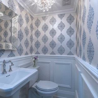 Удачное сочетание для дизайна помещения: маленький туалет в стиле современная классика с унитазом-моноблоком, белыми стенами, мраморным полом и раковиной с пьедесталом - самое интересное для вас