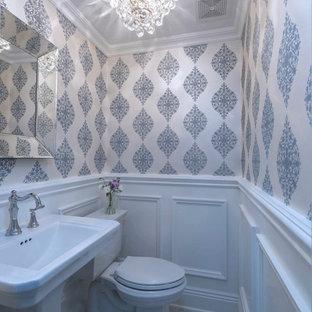 Ispirazione per un piccolo bagno di servizio tradizionale con WC monopezzo, pareti bianche, pavimento in marmo e lavabo a colonna