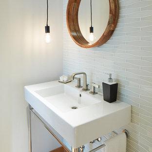 Ispirazione per un grande bagno di servizio contemporaneo con piastrelle bianche, piastrelle di vetro, pareti bianche, parquet chiaro, lavabo a consolle e pavimento beige