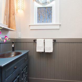 Ispirazione per un piccolo bagno di servizio country con lavabo da incasso, consolle stile comò, ante blu, top in legno e top blu