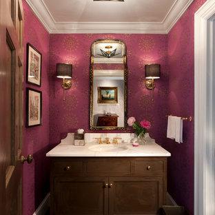 Удачное сочетание для дизайна помещения: туалет в классическом стиле с темными деревянными фасадами, фиолетовыми стенами, темным паркетным полом, коричневым полом и фасадами с утопленной филенкой - самое интересное для вас