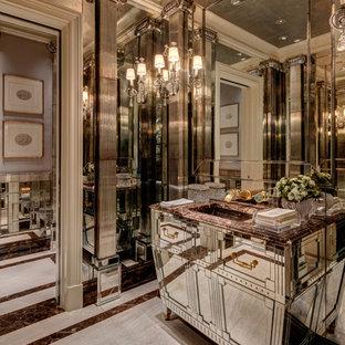 ヒューストンのトランジショナルスタイルのおしゃれなトイレ・洗面所 (家具調キャビネット、ミラータイル、大理石の床、アンダーカウンター洗面器、大理石の洗面台、グレーの床、ブラウンの洗面カウンター) の写真