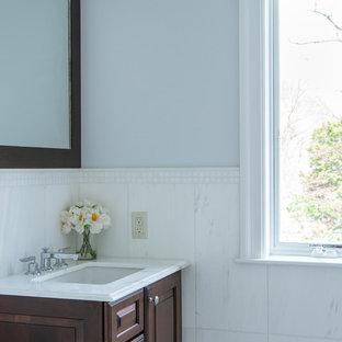 Klassische Gästetoilette mit Schrankfronten im Shaker-Stil, dunklen Holzschränken und weißen Fliesen in New York