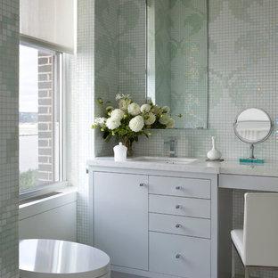 Esempio di un bagno di servizio contemporaneo con lavabo sottopiano, ante lisce, piastrelle a mosaico, ante grigie, piastrelle verdi e piastrelle bianche