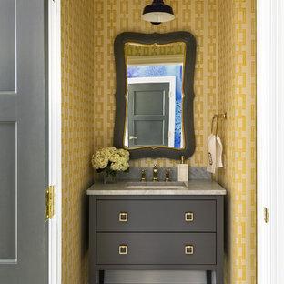 Klassische Gästetoilette mit Unterbauwaschbecken, gelber Wandfarbe, Marmorboden und grauer Waschtischplatte in Little Rock