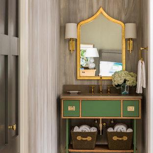 Ispirazione per un bagno di servizio tradizionale di medie dimensioni con ante verdi, piastrelle beige e pavimento in marmo