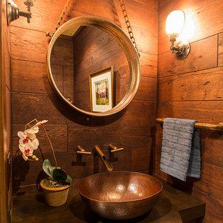 Exemple d'un petit WC et toilettes montagne avec un placard en trompe-l'oeil et une vasque.