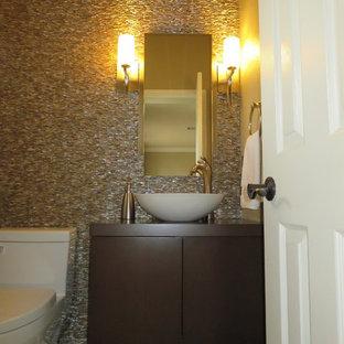 Immagine di un piccolo bagno di servizio contemporaneo con ante lisce, ante in legno scuro, WC monopezzo, piastrelle multicolore, piastrelle a mosaico, pareti beige, pavimento in gres porcellanato, lavabo a bacinella, top in legno, pavimento multicolore e top marrone