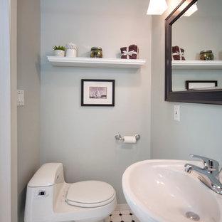 Kleine Maritime Gästetoilette mit Sockelwaschbecken, Toilette mit Aufsatzspülkasten, gelben Fliesen, Keramikfliesen, blauer Wandfarbe, Porzellan-Bodenfliesen und buntem Boden in San Francisco