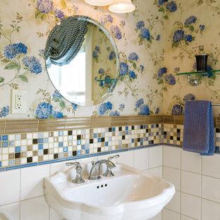 Foto di un bagno di servizio chic con lavabo a colonna, piastrelle multicolore e piastrelle a mosaico