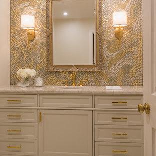 Неиссякаемый источник вдохновения для домашнего уюта: туалет в стиле современная классика с фасадами с утопленной филенкой, плиткой мозаикой, мраморным полом и столешницей из кварцита