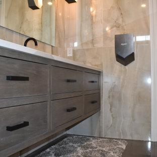 Réalisation d'un grand WC et toilettes tradition avec un placard à porte affleurante, des portes de placard en bois brun, un WC séparé, un carrelage beige, des carreaux de céramique, un mur beige, béton au sol, un lavabo encastré, un plan de toilette en quartz modifié, un sol multicolore, un plan de toilette beige, meuble-lavabo suspendu et un plafond en poutres apparentes.