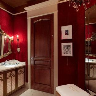 Пример оригинального дизайна: большой туалет в стиле фьюжн с фасадами островного типа, фасадами цвета дерева среднего тона, красными стенами, полом из керамической плитки, настольной раковиной и столешницей из гранита