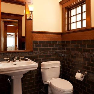 Foto di un bagno di servizio american style con lavabo a colonna, WC a due pezzi, piastrelle nere, piastrelle diamantate e pareti beige
