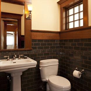 Exemple d'un WC et toilettes craftsman avec un lavabo de ferme et un carrelage métro.