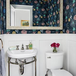 Modelo de aseo marinero con sanitario de dos piezas, paredes multicolor, lavabo tipo consola y suelo azul
