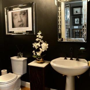 Mittelgroße Moderne Gästetoilette mit schwarzen Fliesen, schwarzer Wandfarbe und hellem Holzboden in San Francisco