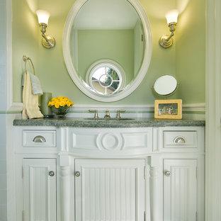 マイアミのトラディショナルスタイルのおしゃれなトイレ・洗面所 (家具調キャビネット、白いキャビネット、緑の床、グリーンの洗面カウンター) の写真