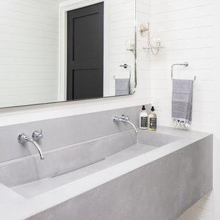 Foto di un bagno di servizio mediterraneo con pareti bianche, pavimento con piastrelle in ceramica, lavabo rettangolare e top in cemento