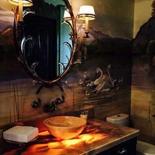 タンパの中サイズのラスティックスタイルのおしゃれなトイレ・洗面所 (インセット扉のキャビネット、濃色木目調キャビネット、一体型トイレ、ペデスタルシンク、オニキスの洗面台、黄色い洗面カウンター) の写真