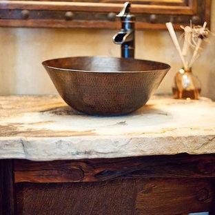 オースティンの小さいラスティックスタイルのおしゃれなトイレ・洗面所 (濃色木目調キャビネット、ベージュの壁、ベッセル式洗面器、ベージュのカウンター) の写真