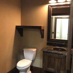 На фото: туалеты среднего размера в стиле рустика с фасадами в стиле шейкер, темными деревянными фасадами, раздельным унитазом, бежевыми стенами, темным паркетным полом, врезной раковиной и столешницей из гранита