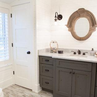 Пример оригинального дизайна: маленький туалет в стиле кантри с врезной раковиной, искусственно-состаренными фасадами, мраморной столешницей, разноцветной плиткой, белыми стенами, полом из керамогранита и фасадами с утопленной филенкой