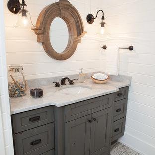 Стильный дизайн: маленький туалет в стиле кантри с врезной раковиной, фасадами в стиле шейкер, искусственно-состаренными фасадами, мраморной столешницей, белыми стенами, полом из керамогранита и серой столешницей - последний тренд