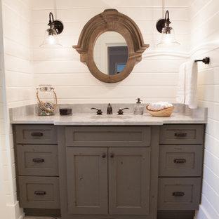 シカゴの小さいカントリー風おしゃれなトイレ・洗面所 (アンダーカウンター洗面器、シェーカースタイル扉のキャビネット、ヴィンテージ仕上げキャビネット、大理石の洗面台、白い壁、磁器タイルの床) の写真