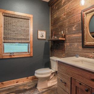 Свежая идея для дизайна: маленький туалет в стиле рустика с синими стенами, полом из винила и столешницей из кварцита - отличное фото интерьера