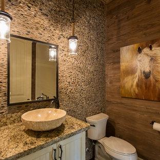 Стильный дизайн: туалет среднего размера в стиле рустика с фасадами с филенкой типа жалюзи, белыми фасадами, унитазом-моноблоком, разноцветной плиткой, галечной плиткой, коричневыми стенами, темным паркетным полом, настольной раковиной, столешницей из гранита и коричневым полом - последний тренд